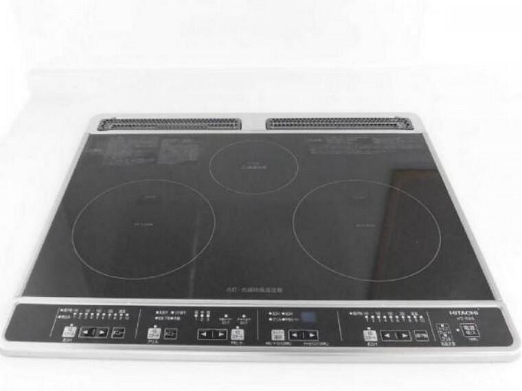 キッチン 【リフォーム済】新品交換したキッチンは3口コンロなので同時進行で調理可能。大きなお鍋を置いても困らない広さです。火を使わないので小さなお子さんがいるご家庭では安心ですね。