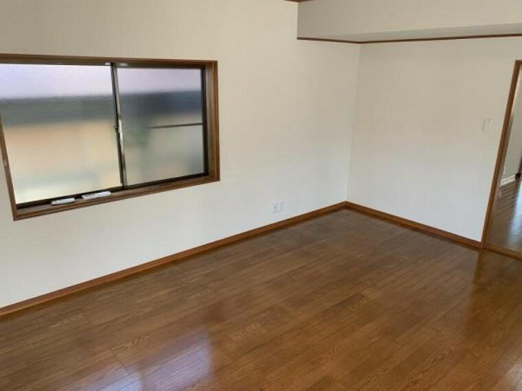 【リフォーム済】1F10帖洋室です。壁・天井のクロスの張替えを行いました。南向きのサンルームが併設されており、一日気持ちのいい日差しが浴びられます。