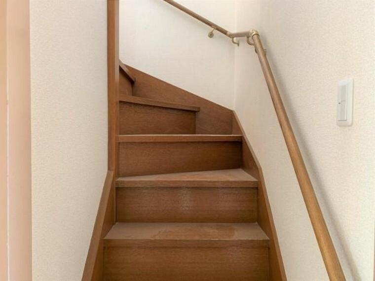 【リフォーム済】階段には手すり新設を行い、お年寄りや、お子様でも楽々登れるようにしました。