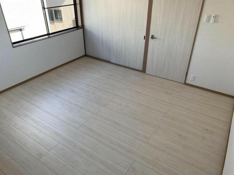 【リフォーム済】2F8帖洋室です。壁・天井のクロスを張り替え、フローリングを上張りしました。収納付きのお部屋は使い勝手が良いです。