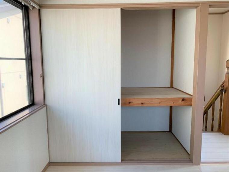 収納 【リフォーム済】8帖洋室の収納です。中のクロスの張替えを行いました。個人用であれば十分な収納量です。