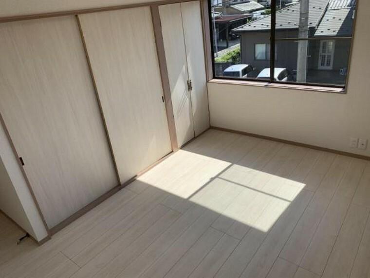【リフォーム済】2F6.5帖の洋室です。現状のエアコンは徹底的にクリーニングを行いました。また、壁・天井クロスの張替え、フローリングの上張りを行いました。窓が2方向にあり明るいお部屋です。