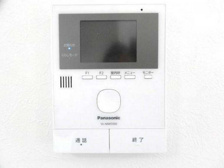 【リフォーム済】新しく設置したドアホンはカラーモニター付き。キッチン横の壁に設置のモニターで玄関にいらしたお客様を確認してから応対できます。留守中の来客も記録できるので防犯面でも安心ですね。