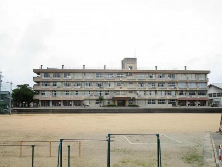 小学校 富山市立呉羽小学校まで800m(徒歩10分)です。小さなお子様でも無理なく通える距離です。生徒数も多く活発な学校です。