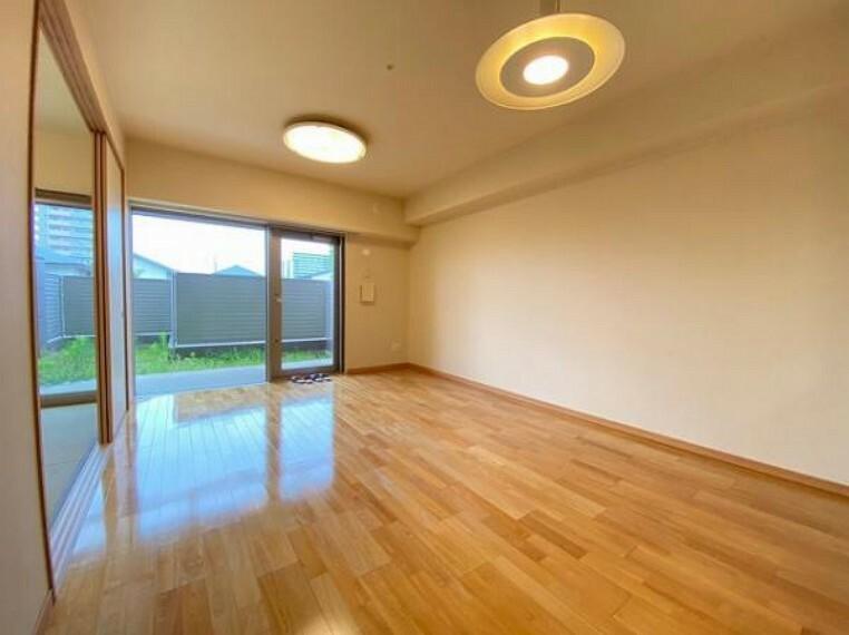 居間・リビング 窓からたくさん光が差し込む明るいリビングです