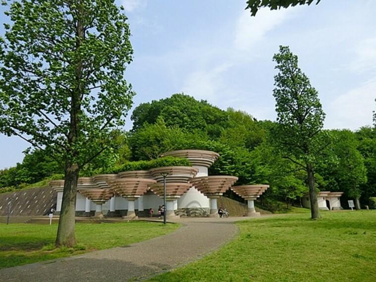 公園 ならやま公園は、広い芝生広場があり、とても開放的な公園です。