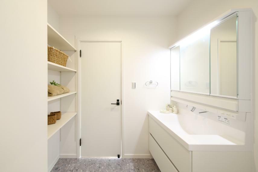 洗面化粧台 No.3 どの物件の洗面室も可動棚が設置されているので収納には困りません