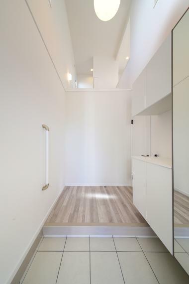 玄関 No.3吹き抜けの明るい玄関ホールがご家族とお客様を出迎えます