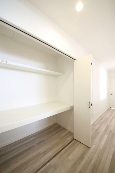 収納 No.3 二階の廊下にある収納スペースは二段になっておりさらに上部に棚も設置しました