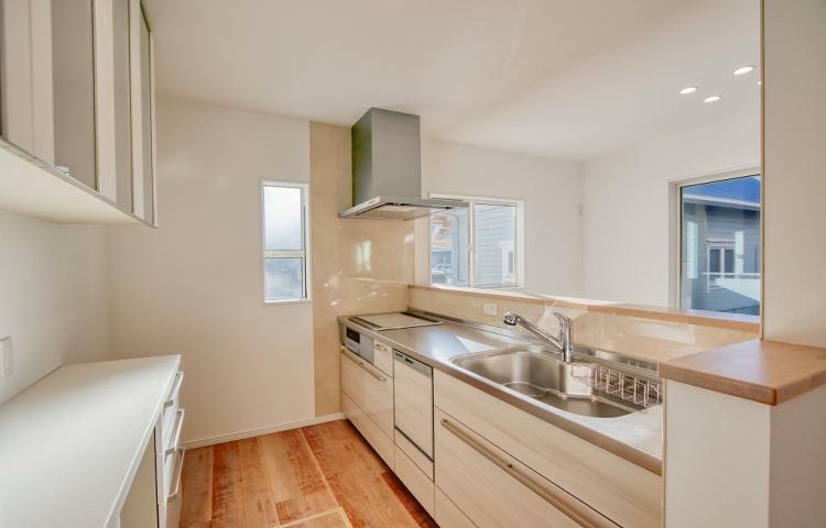 キッチン NO.3 オール電化仕様のキッチン。大きなカップボードがあるため収納も充実。