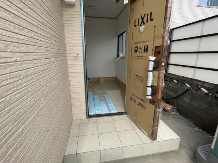 玄関 【リフォーム中3/28更新】玄関です。玄関ドアは新しいものに交換しました。また、玄関周りの外壁もワンポイントとして張替済みです。ポーチタイルの張替も終わり、あか抜けた印象になりました。