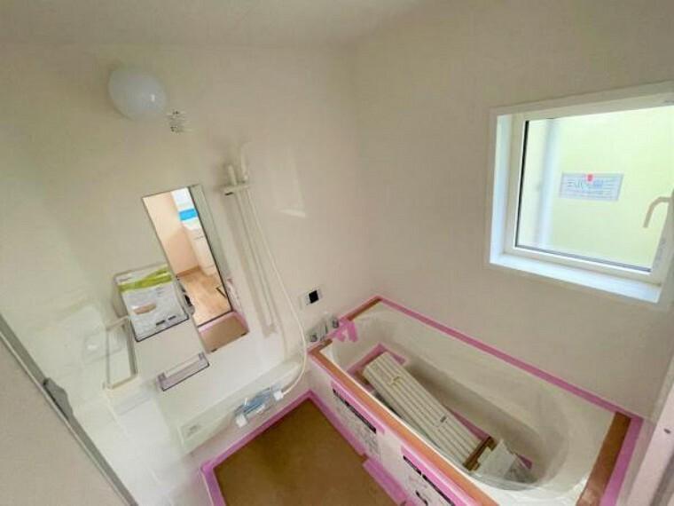 浴室 【リフォーム中5/24更新】浴室はTOTO製の新品のユニットバスに交換しました。足を伸ばせる1坪サイズの広々とした浴槽で、1日の疲れをゆっくり癒すことができますよ。