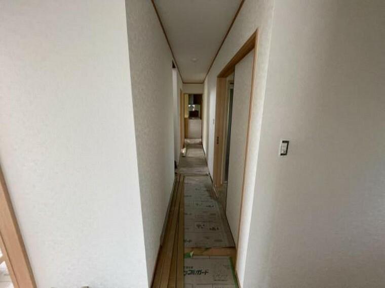 【リフォーム中5/24撮影】玄関からキッチンに続く廊下です。床のフローリング、壁と天井のクロス張替を行いました。