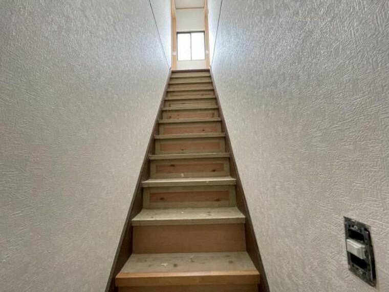 【リフォーム中5/24更新】1階から見た階段です。カバー階段を施工して生まれ変わる予定です。