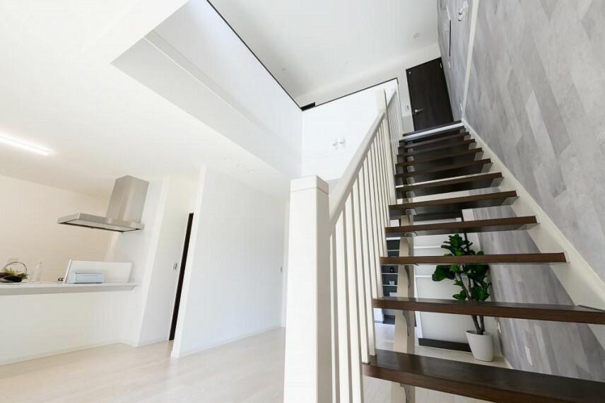 参考プラン間取り図 【53号地 リビング】ストリップ階段を採用し、より開放的な空間を演出します。