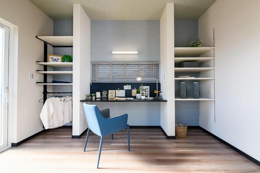 現況写真 【当社施工例 リモートルーム】家族と生活空間を共有しながら過ごせるリモートルームをご用意しました。効率よくオンとオフを切り替えられ、在宅ワークに最適です。