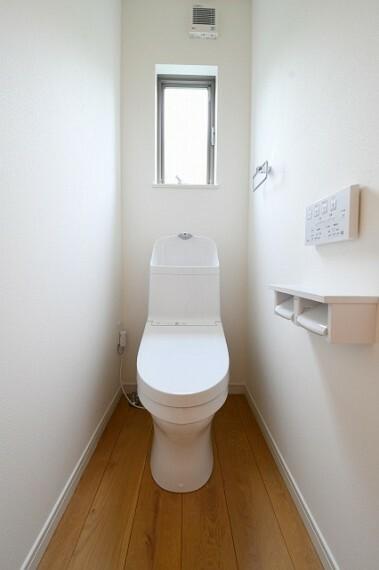 TOTOウォシュレット一体型節水トイレ 使いやすさとお掃除のしやすさだけでなく、清潔性を追求したトイレ。 ■お掃除しやすさを究めた「スゴフチ」と「お掃除リフト」 ■手洗らくらく「深ひろボウル」