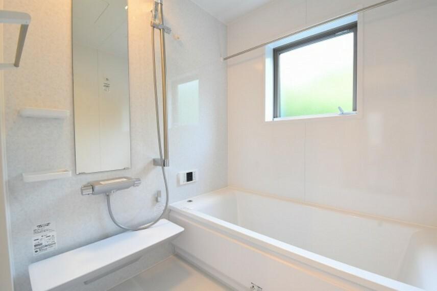 TOTOサザナHSシリーズ1616サイズ ■カラリ床 乾きやすいから、カビにくくお手入れが簡単。 ■お掃除ラクラク鏡とカウンター ■浴室換気暖房乾燥機「三乾王」