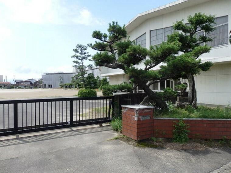 小学校 松枝小学校まで徒歩約7分。(約500m)