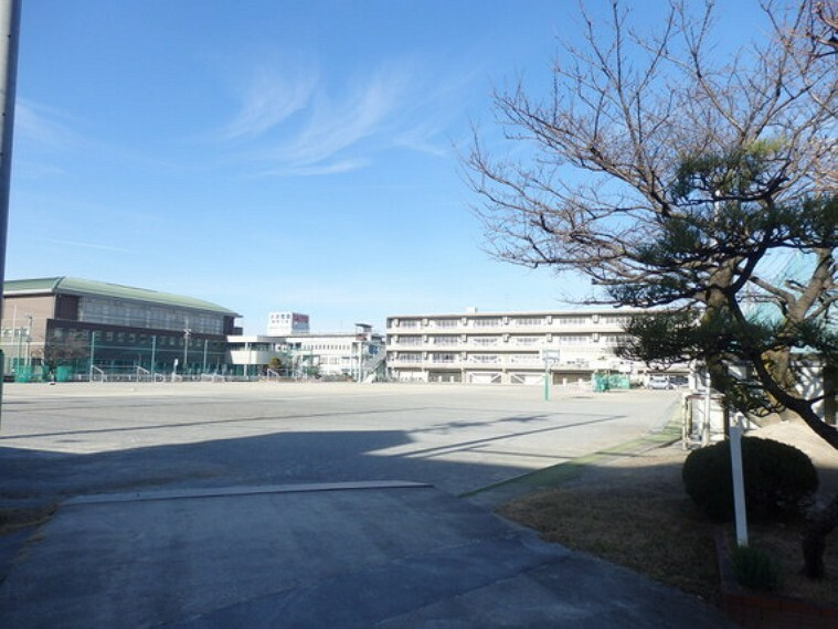 中学校 松枝小学校まで徒歩約7分。(約500m)