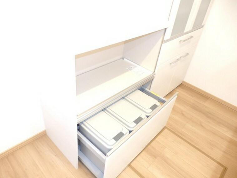 キッチン 出し入れ便利なスライド式収納。