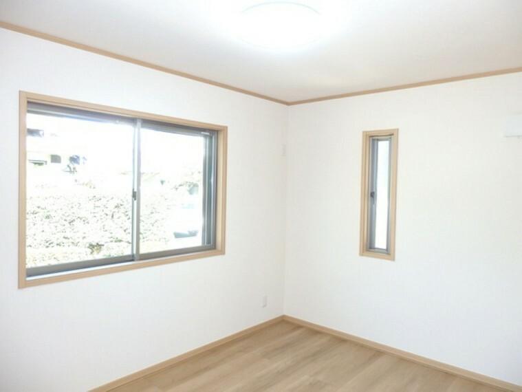 2面採光なので風通し・陽当を感じられる洋室。