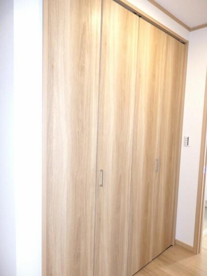 収納 室内の邪魔にならないシンプルなデザインのクローゼットの扉。