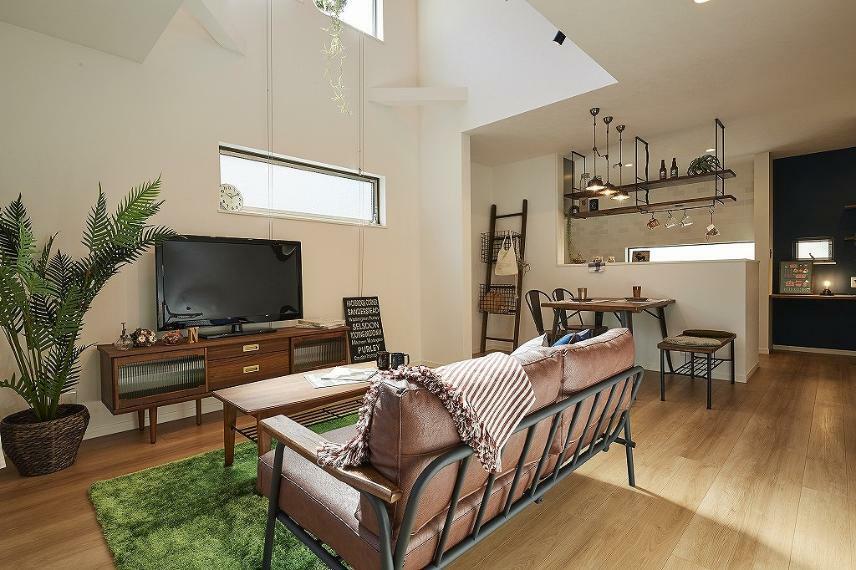 居間・リビング 施工例■吹抜のあるリビングは必見。上部からさしこむ光は照明では出せない自然光で住まう人を豊かな気持ちにしてくれます。気密性・断熱性の高い素材や窓を使うことで吹抜によってお家全体を暖かくできます。