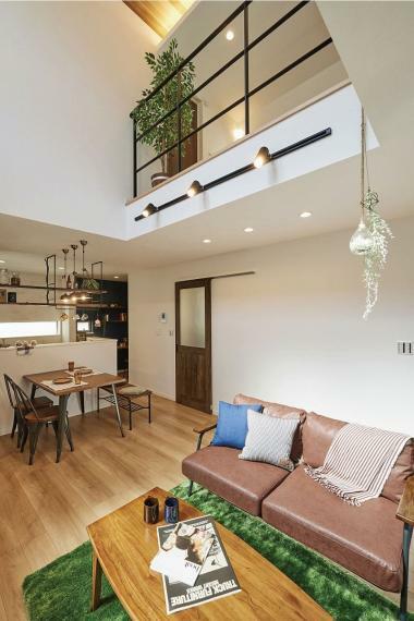 居間・リビング 施工例■居室空間とつながるリビングダイニングの吹抜はお家の中の境界をなくし、開放的で一体感のある空間を演出します。また、吹抜上部、吹抜部分、ダイニングにはこだわりの照明でおしゃれなお家づくりをしていま