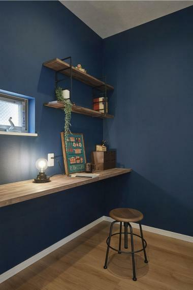 キッチン 施工例■キッチン横の造作棚を設置した家事スペースは、ちょっとした書き物や、パソコンやタブレットを置いてレシピを調べたりなどあると嬉しいスペースですね。