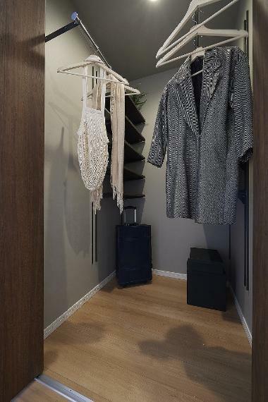 収納 施工例■お家に一つウォークインクローゼットを置くことで様々なものが収納できます。洋服はもちろん、季節の飾り物や捨てられない思い出の品など奥行のあるものもたくさんしまえます。