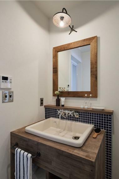 洗面化粧台 施工例■こだわりの造作洗面台は、無機質な実験用シンクと紺色のモザイクタイルがシンプルながら洗礼された洗面台に。オーダーメイドにサイズ感も作れるので、使い勝手の決まっている方におススメです。