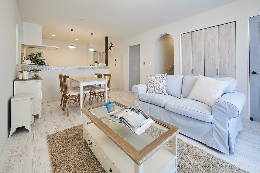 居間・リビング 施工例■こだわりの家具を置いたLDKはガーリーな面を持ちながら、エレガントでクラシックな大人っぽい空間に。キッチン前の壁を取り払うことで広々と開放的な空間を演出します。
