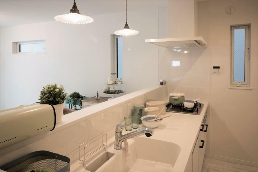 キッチン 施工例■キッチン前の一切の壁を取り除き、あえて上部収納をなくすことで開放的な明るいカウンターキッチンを実現しました。上部収納をなくすことで付けられるライトがおしゃれなキッチンまわりを演出します。