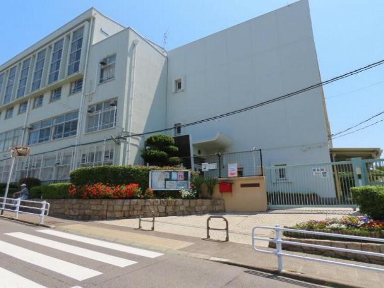 小学校 \神戸市立霞ヶ丘小学校/落ち着いた、閑静な住宅街の中に立地しており、登下校も地域の方々が見守ってくれるので安心ですね!児童数が多いので、お友達がたくさんできそうですね!