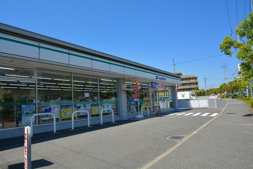 コンビニ ファミリーマート奈良学園大和町店まで徒歩3分 宅急便の取り扱いやチケットの購入、住民票の写しなど、様々なサービスが利用できて便利です。