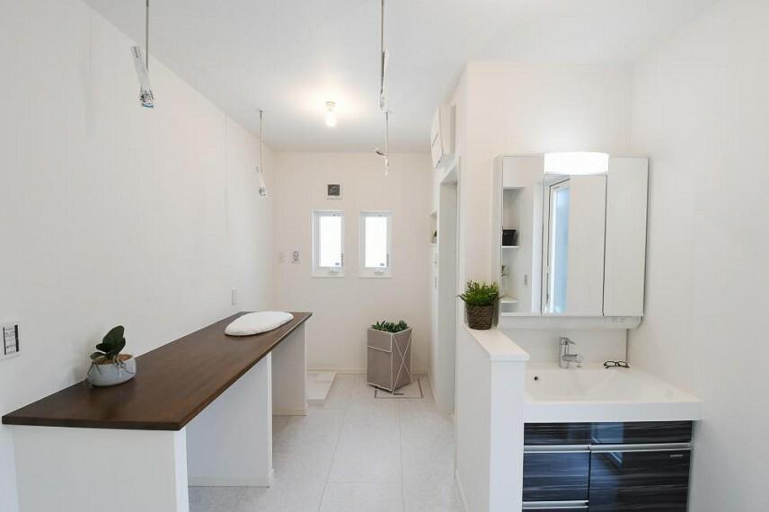 参考プラン間取り図 【モデルハウス14号地 洗面所のランドリースペース】 ・天気が悪い日や花粉の季節の部屋干しが可能です。また、洗って干す、たたむ、しまうなど、洗濯まわりの作業を効率良く行えます。