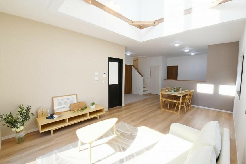 参考プラン間取り図 【モデルハウス13号地 リビング】1階と2階が近付くリビング階段は、お出かけの時も、帰ってきた時もリビングを通るので、自然と家族のコミュニケーションが深まります。