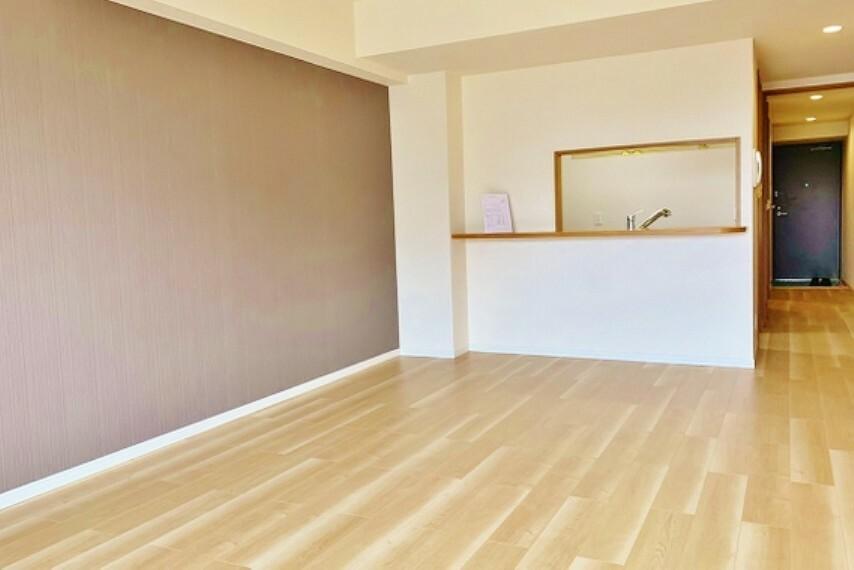 居間・リビング 明るく開放的な空間が広がる、キッチン ダイニング リビング。室内には豊かな陽光が注ぎ込み、爽やかな住空間を演出。ホームパーティーでもゲストと一緒に料理を楽しみながら楽しい時間を過ごせそう。