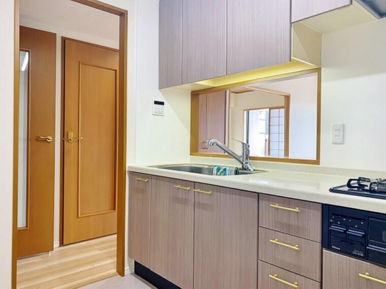 キッチン 充実した収納スペースを搭載したシステムキッチンは、日々の家事がはかどります。