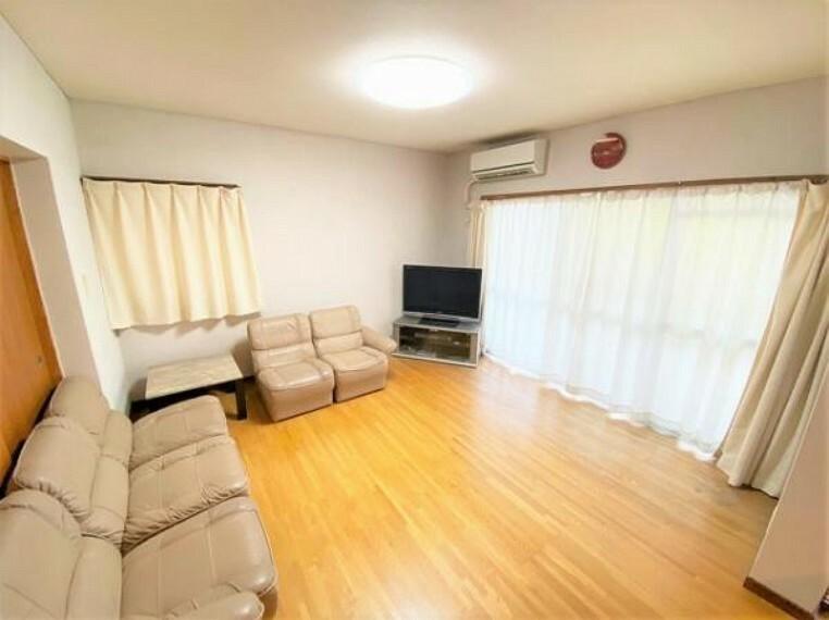 居間・リビング バルコニーに面しているリビングは明るい陽射しが差し込みますね