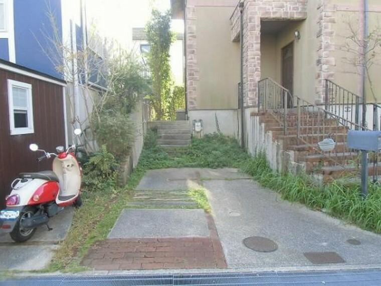 駐車場 駐車スペースは道路との高低差が無くお車の出し入れもスムーズ