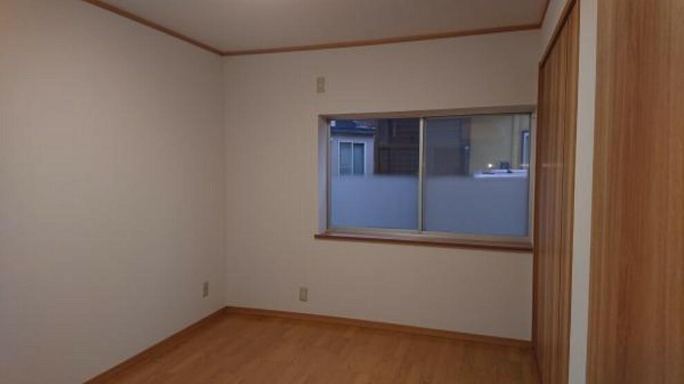 【リフォーム済】一階6帖洋室です。元は和室だったものを洋室に変更しました。新規にクローゼットも取り付けし、収納も確保しました。
