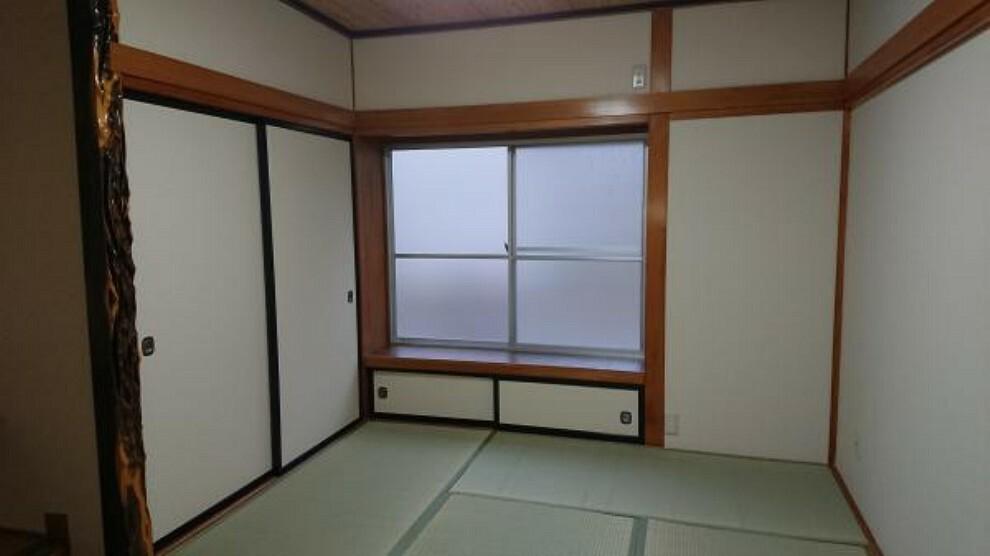 【リフォーム済】一階6畳和室です。畳の交換、クロス貼り、建具の交換、照明器具の交換等を行いました。新しい井草の香りが心地よいです。