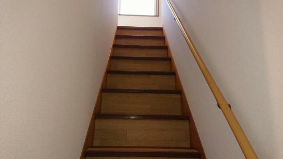 【リフォーム済】階段はクッションフロア貼りにして、新たに手すりを取り付けましたので小さなお子様の階段の上り下りも安心です。