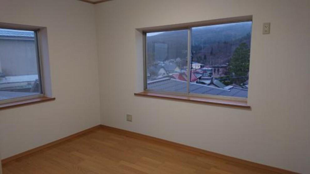 【リフォーム済】北東側の二階洋室6帖です。クロス、フローリング張替え、照明器具交換、新規クローゼット取付を行いました。