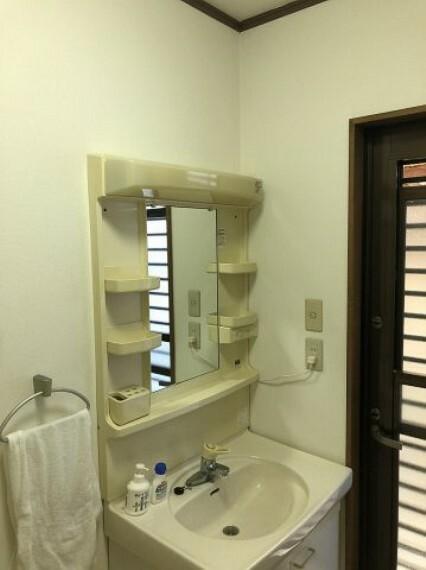 洗面化粧台 朝の支度にも助かる、独立の洗髪洗面化粧台。
