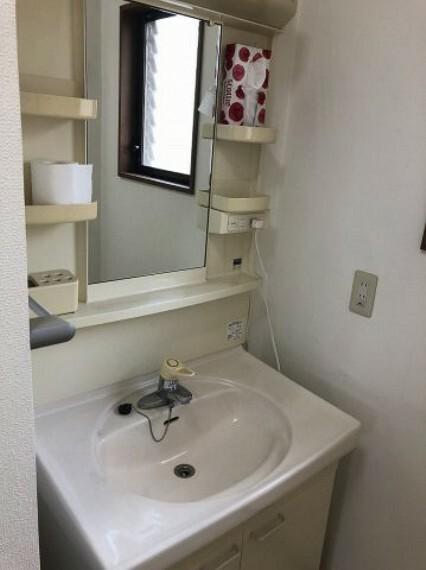 洗面化粧台 2階にもあります!独立洗面台で身支度をすべて済ませてしまいましょう。