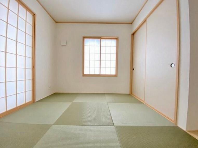 和室 新しい畳の香りのする和室は、使い方色々!客室やお布団で寝るときにぴったりの空間ですね。