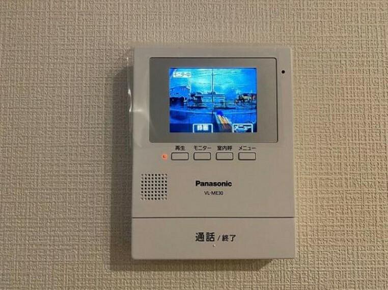 TVモニター付きインターフォン 女性やお子様にも安心のTVモニター付きインターホン!一目で来客を確認できるので、特に小さなお子様をお持ちのご家庭でも安心してお住まい頂ける設備です。